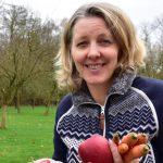 Laurence met verse wortels en appels in de hand